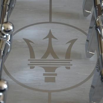 Debuchy by Toulet - Maserati-fond de jeu logo2